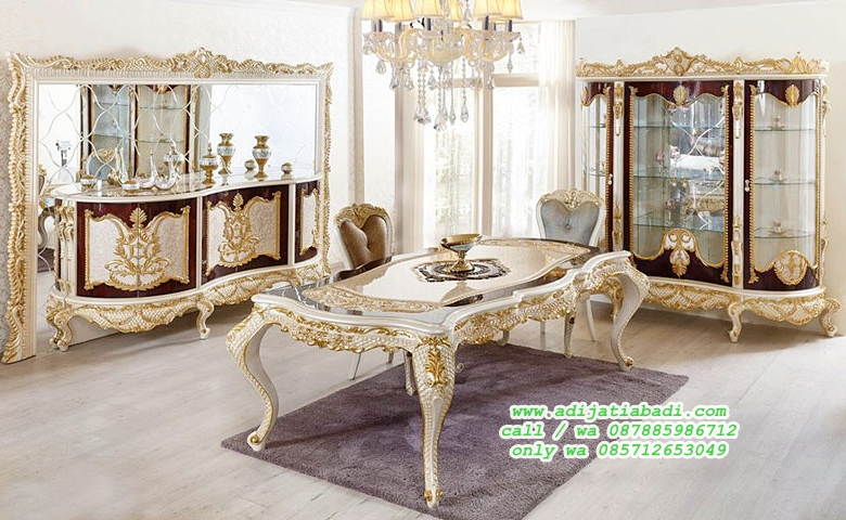 desain ruang makan romina klasik dengan bufet hias cermin dan leamri pajangan full kaca mewah.