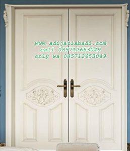 Pintu Rumah Utama Putih